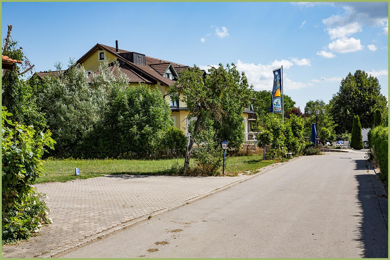 Einfahrt zum Hotel Reiterhof Altmühlsee