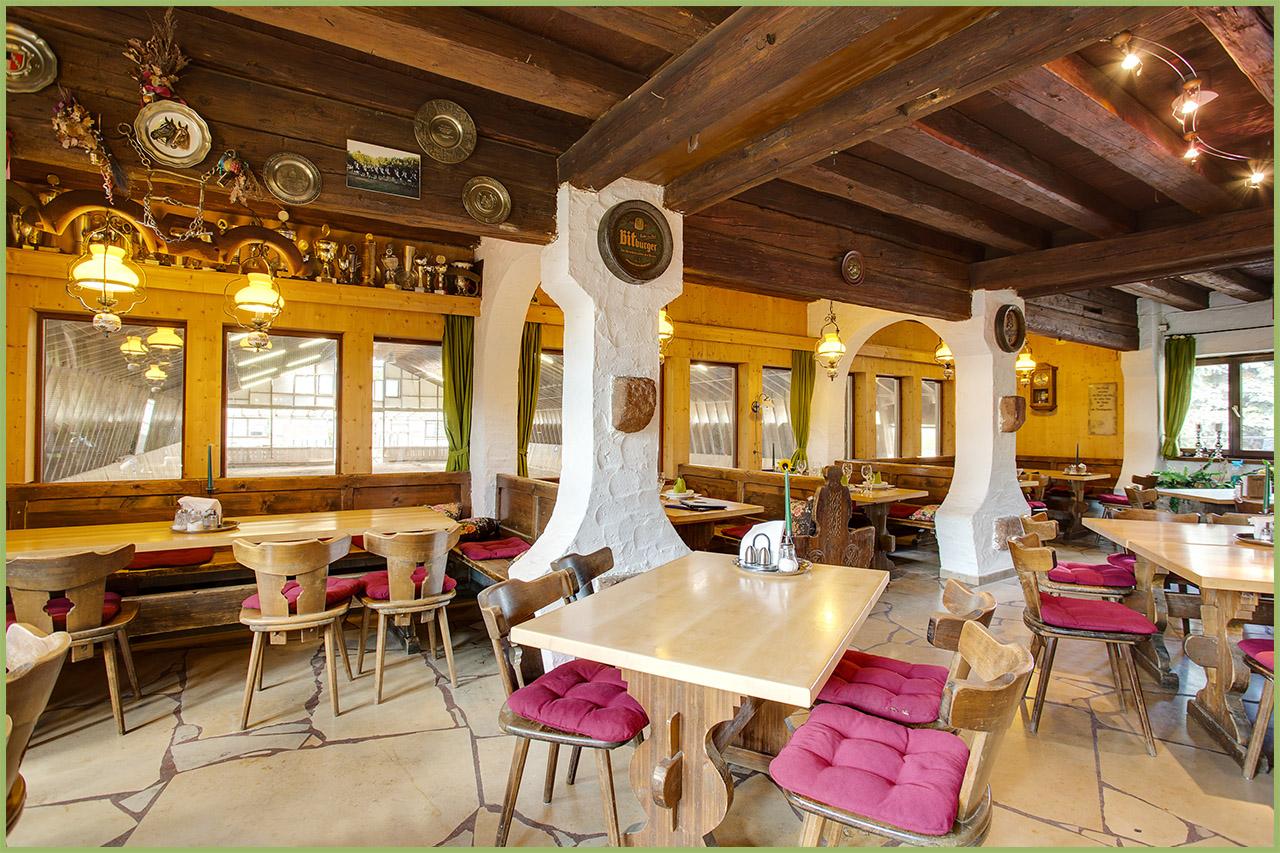 Restaurant mit Blick in die Reithalle