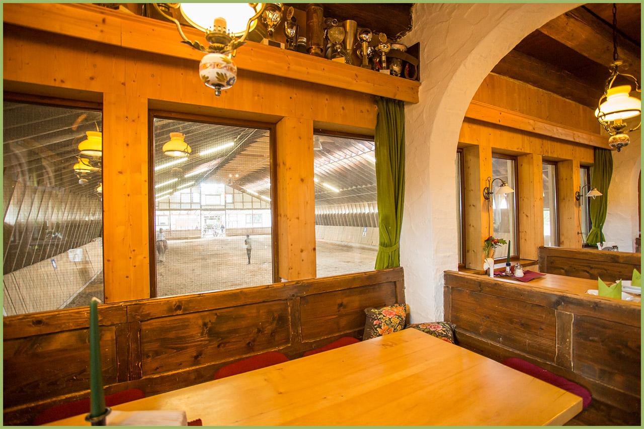 Sitzecken im Restaurant mit Blick in die Reithalle