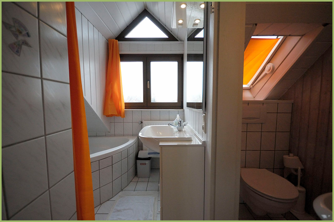 Ansicht Haus 2 Dachgeschoss Ferienwohnung 7 Bad Nr. 1