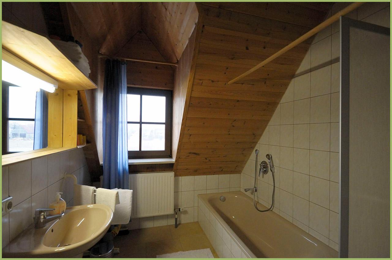 Ansicht Haus 2 Dachgeschoss Ferienwohnung 9 Bad Nr. 1