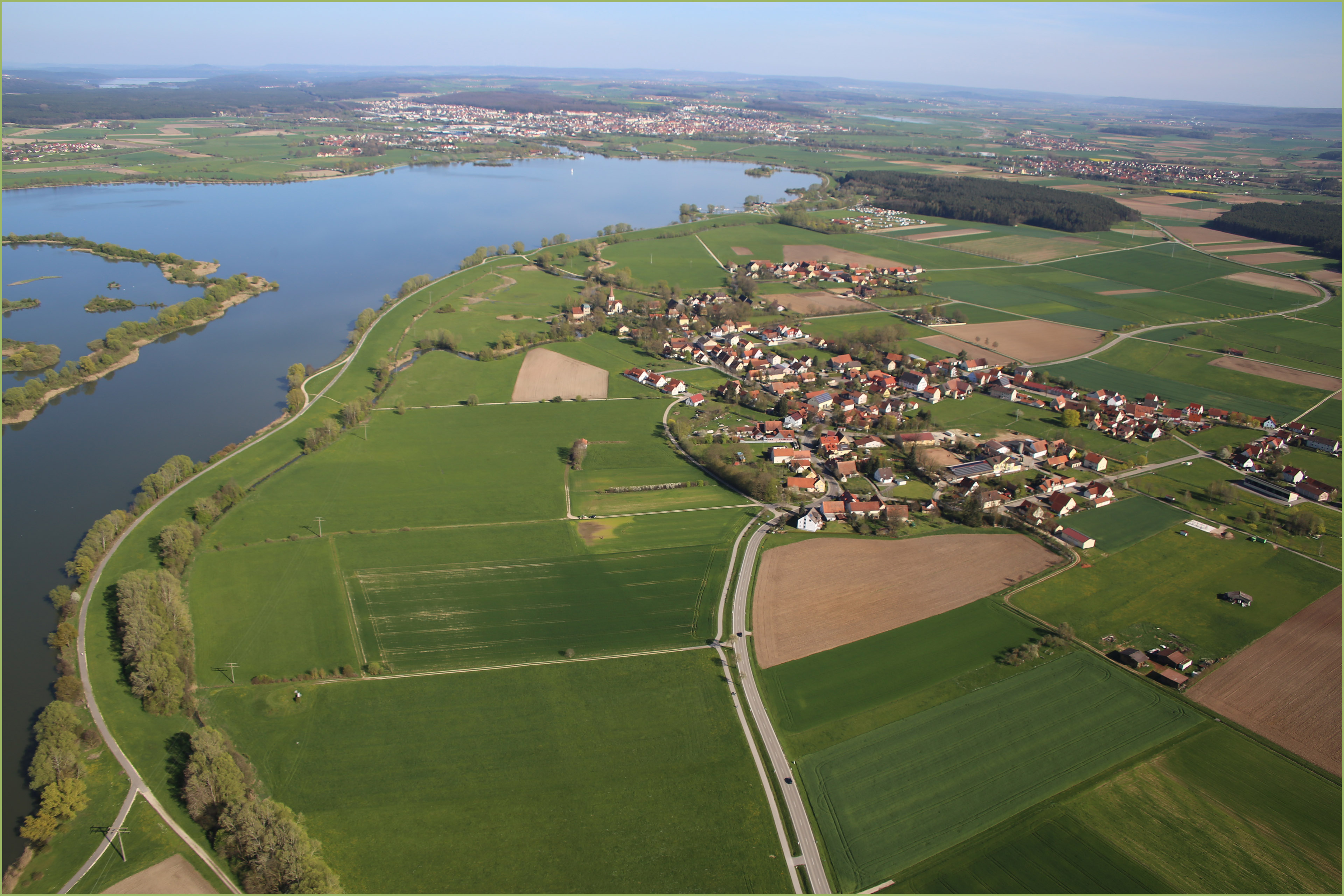 Der nahe Altmühlsee, rechts die Ortschaft Wald und mittig unten der Reiterhof