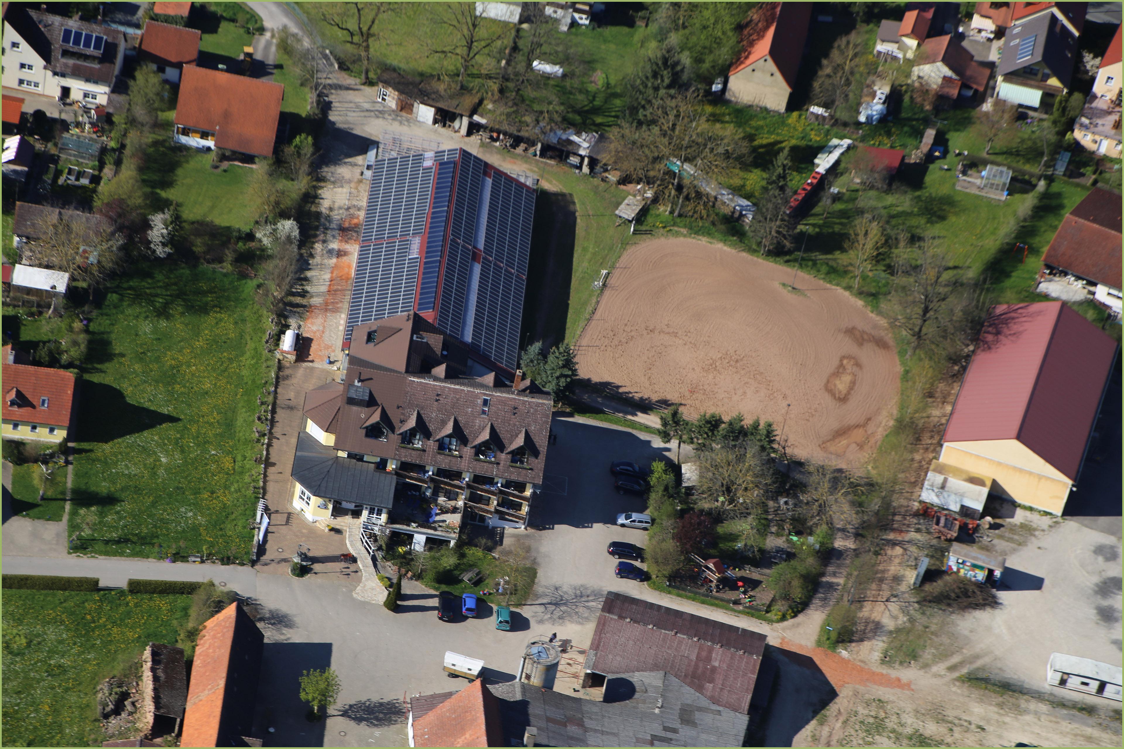 Weitere Draufsicht mit dem Haupthaus und der Reithalle im Zentrum